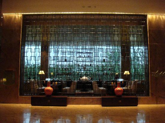 Fairmont Beijing : Facade of the very cozy lobby coffee shop. It's the 1st thing you'll see when you enter the Fair