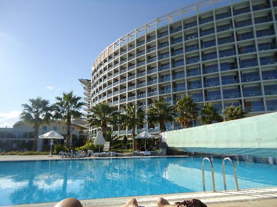 Kervansaray Hotel Kundu: la vue de l'hotel, qd on est allongé sur le transat au bord de la piscine :-)
