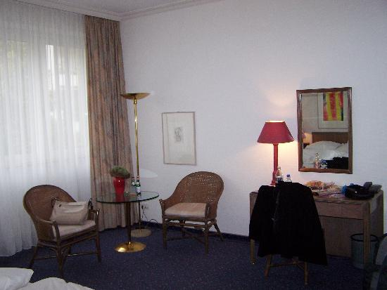 Hecker's Hotel Berlin: Small bistro table and chairs plus a desk