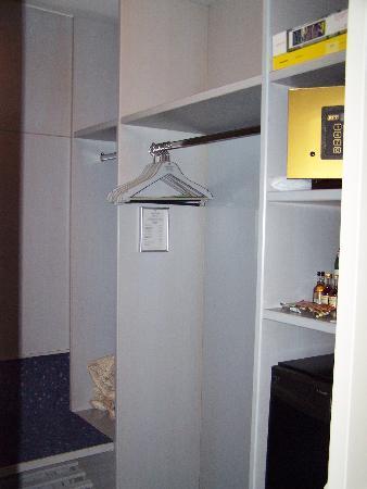 Hecker's Hotel Berlin : Very large walk in closet