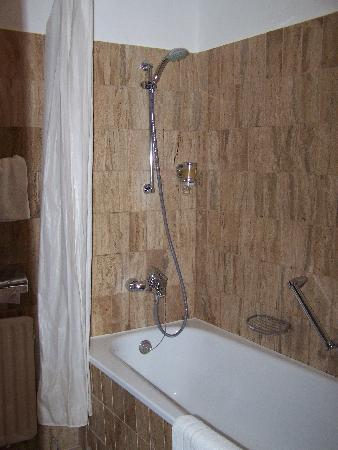 Hecker`s Hotel Berlin: Bathroom shower all marble