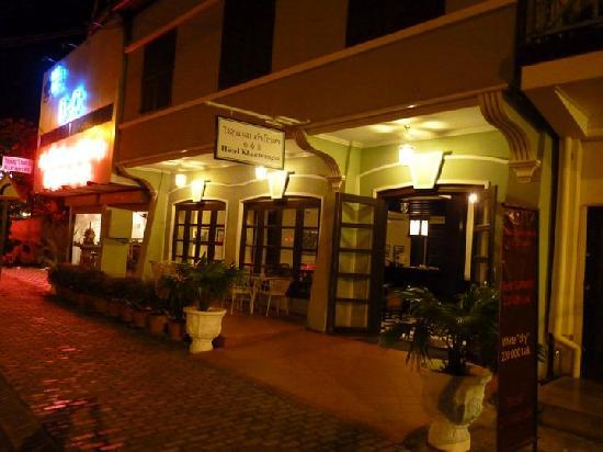Hotel Khamvongsa: The exterior at night