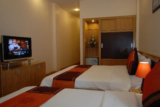 Rising Dragon Hotel: The room for 3 pax. Overall their beds are comfortable
