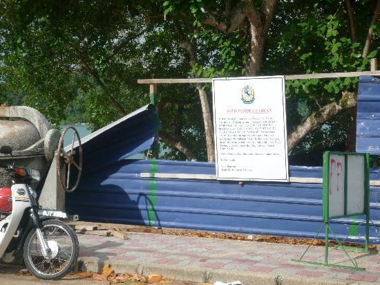 Anjungan Beach Resort: Fenced off Stall Construction at sea Front
