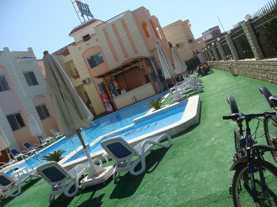4S Hotel: the pool