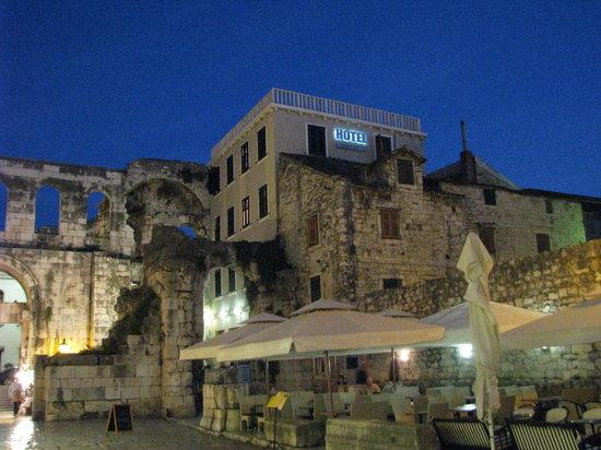 Hotel Peristil: Hotel By Night