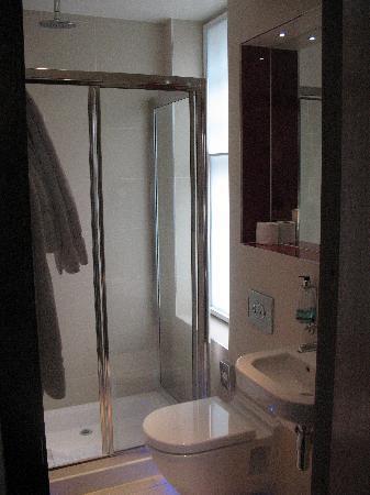 BEST WESTERN Seraphine Kensington Olympia Hotel: Bathtoom in 202