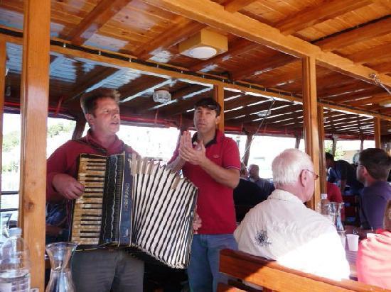Brac Island, Croatia: musikalische Unterhaltung während des Mittagessens