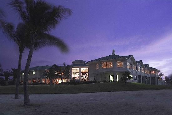 Isla Del Sol Yacht & Country Club: View of the Clubhouse at Night