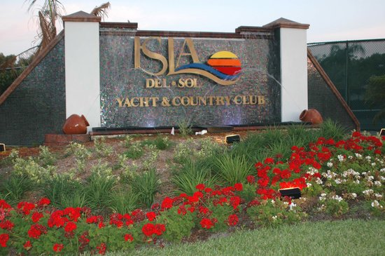 Isla Del Sol Yacht & Country Club: Our sign off the Pinellas/Bayway