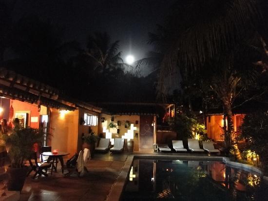 Pousada Coqueiros: vista nocturna del hotel