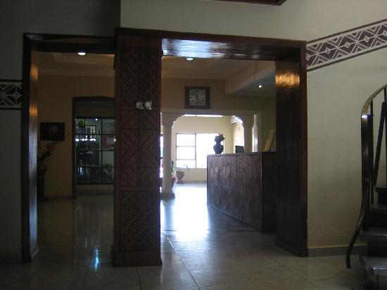 Hotel Cosmopolite: Part of the lobby, facing the street entrance - Hôtel Cosmopolite