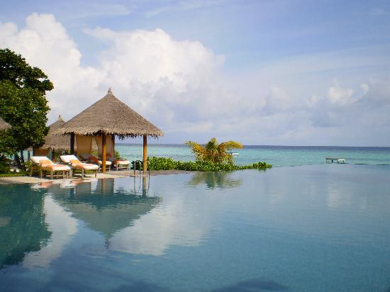 Four Seasons Resort Maldives at Landaa Giraavaru: infinity pool