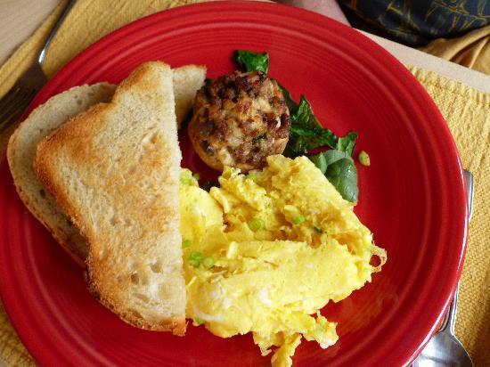 Acacia House Inn: Sausage Tart with eggs and homemade bread