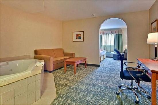 Holiday Inn Express Hotel & Suites Edmonton South: King Bed + Pullout Sofa Bed- Jacuzzi Suite