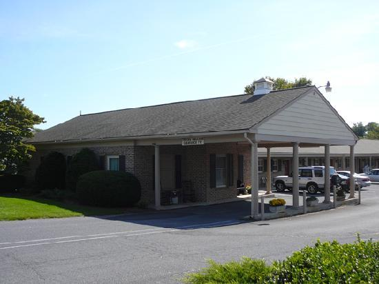 Country Squire Motor Inn: Office and Carport