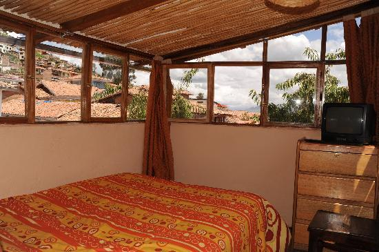 Casa de Mama Cusco-The Treehouse: Bed overlooking the historical city.