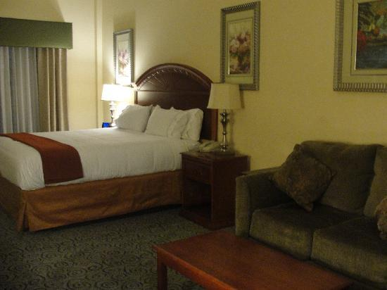Holiday Inn Express & Suites Bakersfield Central : King bed Suite