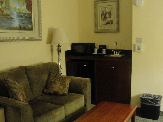 Holiday Inn Express & Suites Bakersfield Central : Pequeño salón en el dormitorio