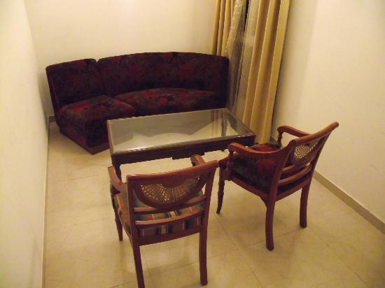 Hotel Asian International: Sitting area in suite