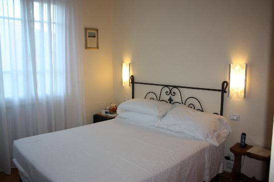 Hotel David : Room 22 - firm but comfortable Euro bed