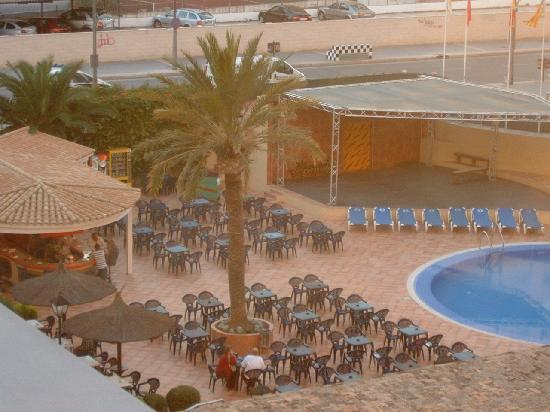 Sol Pelícanos Ocas: outside seating area and bar