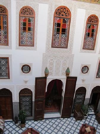Riad La Perle De La Medina: View of central salon from above