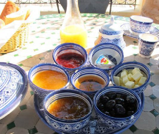 Riad La Perle De La Medina: Breakfast on rooftop overlooking the Medina