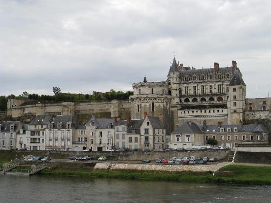 Hotel le Clos d'Amboise: Chateau d'Amboise taken from the bridge