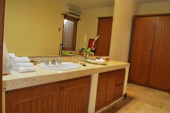 Parigata Villas Resort: Other bathroom
