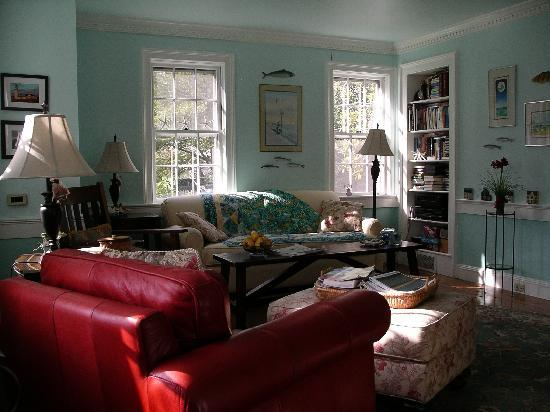 The 1750 Inn at Sandwich Center: Living room. Wine and sherry in the evening!