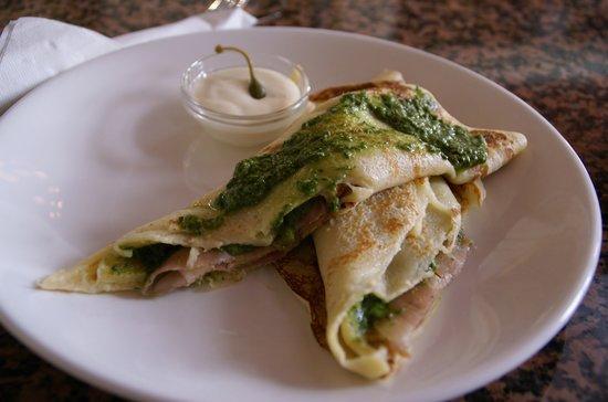 Reval Cafe Restaurant: crêpe con prosciutto e pesto