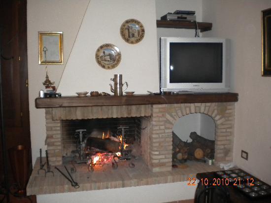 Villa Nuba Charming Apartments: il calore autunnale di un camino..