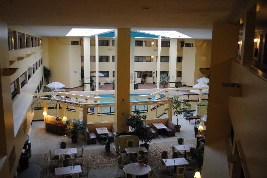 Bedford Plaza Hotel: The nice pool and breakfast area