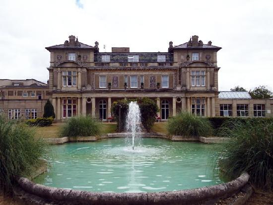 Down Hall Country House Hotel: Back of venue and fountain
