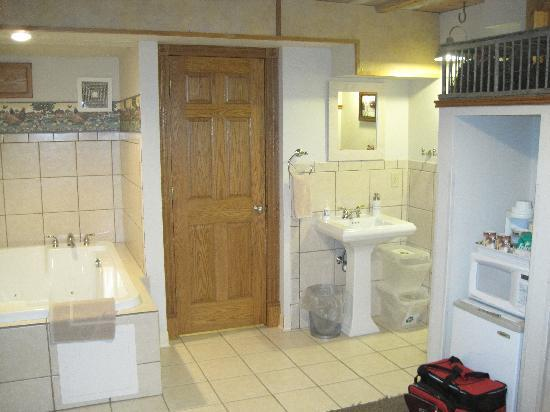 Stone Mill Hotel & Suites: Bath - toilet, tub & shower behind the door.