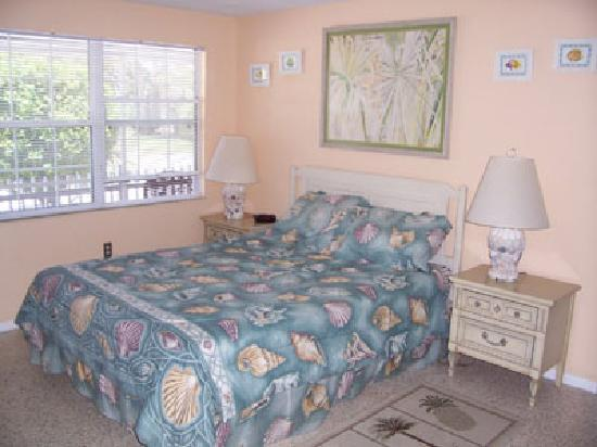 Anna Maria Pirates Den: a Queen Bedroom