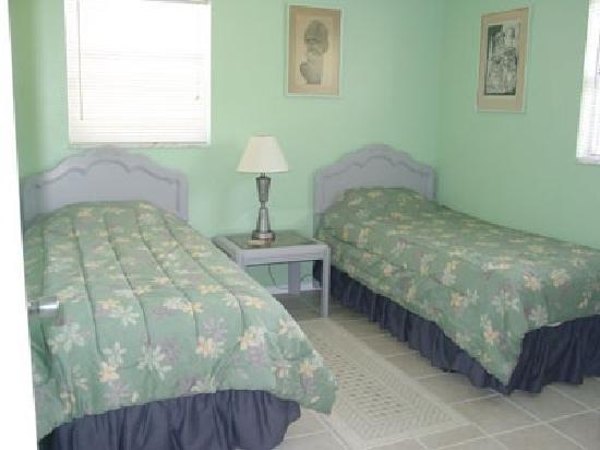 Anna Maria Pirates Den: Bedroom with 2 twin beds