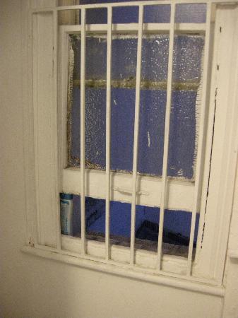 Acacia Hostel: Frasco de shampoo para sostener la ventana