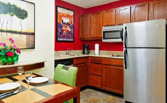 Residence Inn Fort Myers: Suite Kitchen