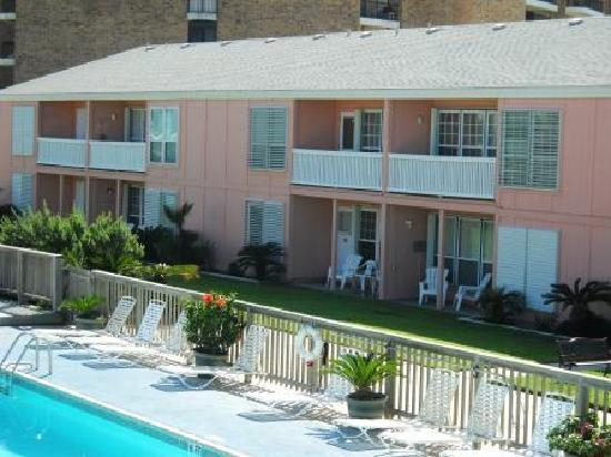 Executive Keys Condominiums on the Beach: Pool and deck