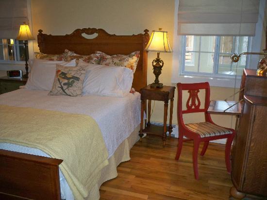 Cliff's Edge Inn : The Shea Room