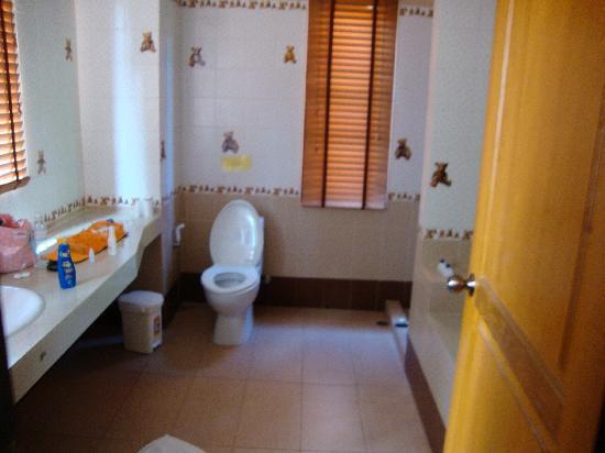 P.S. Villa: la salle de bain avec douche et baignoire