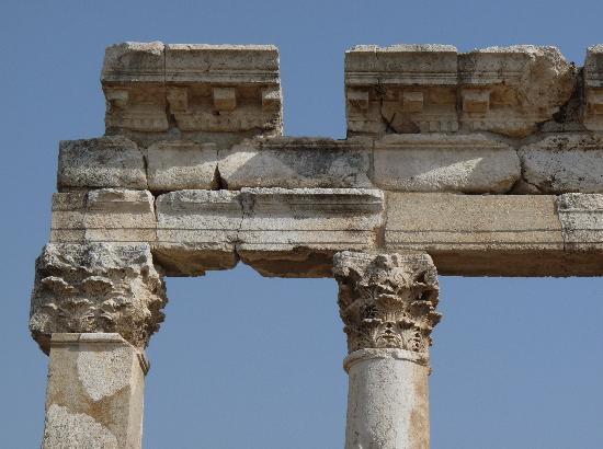 Apamea: rticolare delle mensole del Tempio di Zeus Belos