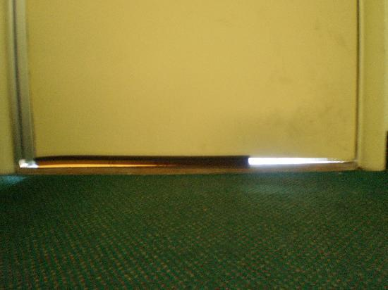 Econo Lodge: Gap under door