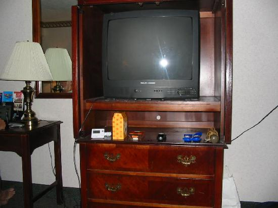 Red Carpet Inn & Suites Scranton: TV and dresser