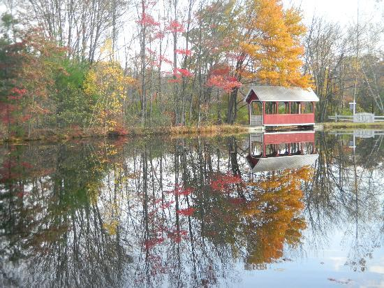 Stone Lake Inn: The covered bridge