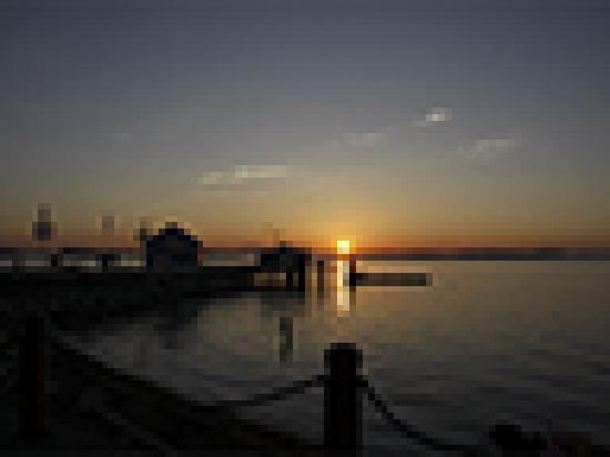 Sidney Waterfront Inn & Suites: Sunrise in front of Sidney Waterfront Inn