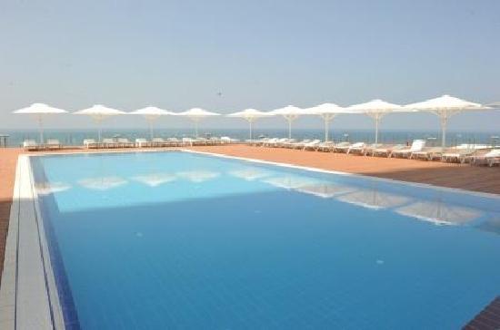 Island Suites Hotel: Pool