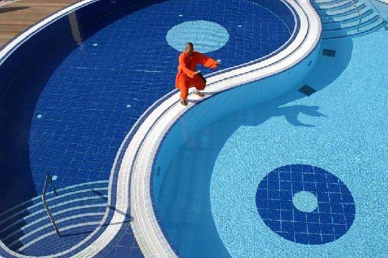 Reiters Supremehotel: Yin Yang Pool mit Shaolin Mönch